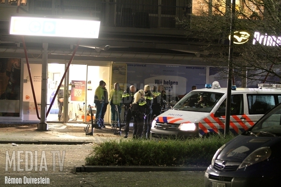 Arrestatieteam ingezet voor verwarde man in supermarkt Dirk de Derdelaan Vlaardingen (video)
