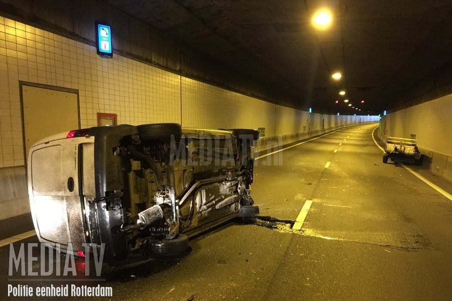 Auto met aanhanger kantelt in de Beneluxtunnel (video)