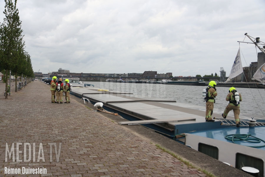 Broei in lading schip Maashaven Rotterdam (video)
