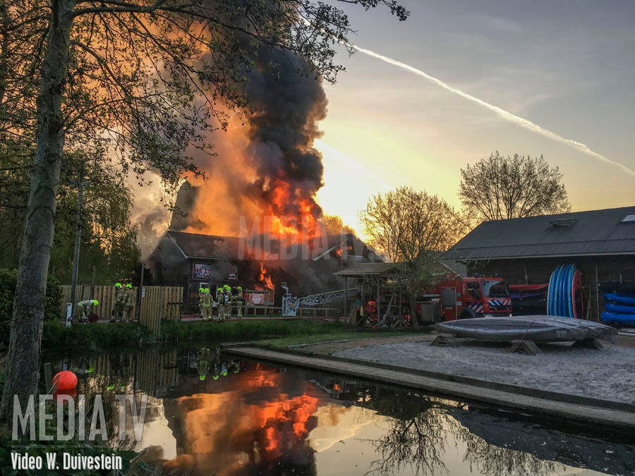 Grote brand legt loods outdoorcentrum Bergschenhoek in de as (video)